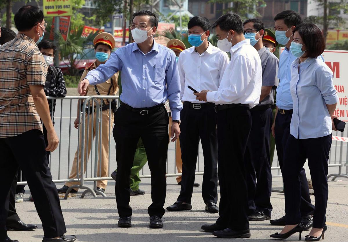 Chủ tịch UBND TP Hà Nội Chu Ngọc Anh kiểm tra công tác phong toả tại Viện K Tân Triều sáng 7/5. Ảnh: Ngọc Thành.