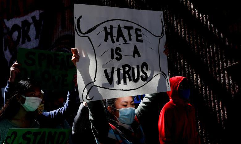 Người dân giơ biểu ngữ trong cuộc tuần hành Ngừng Thù ghét người châu Á tại thành phố Atlanta, bang Georgia, Mỹ, hôm 20/3. Ảnh: Reuters.