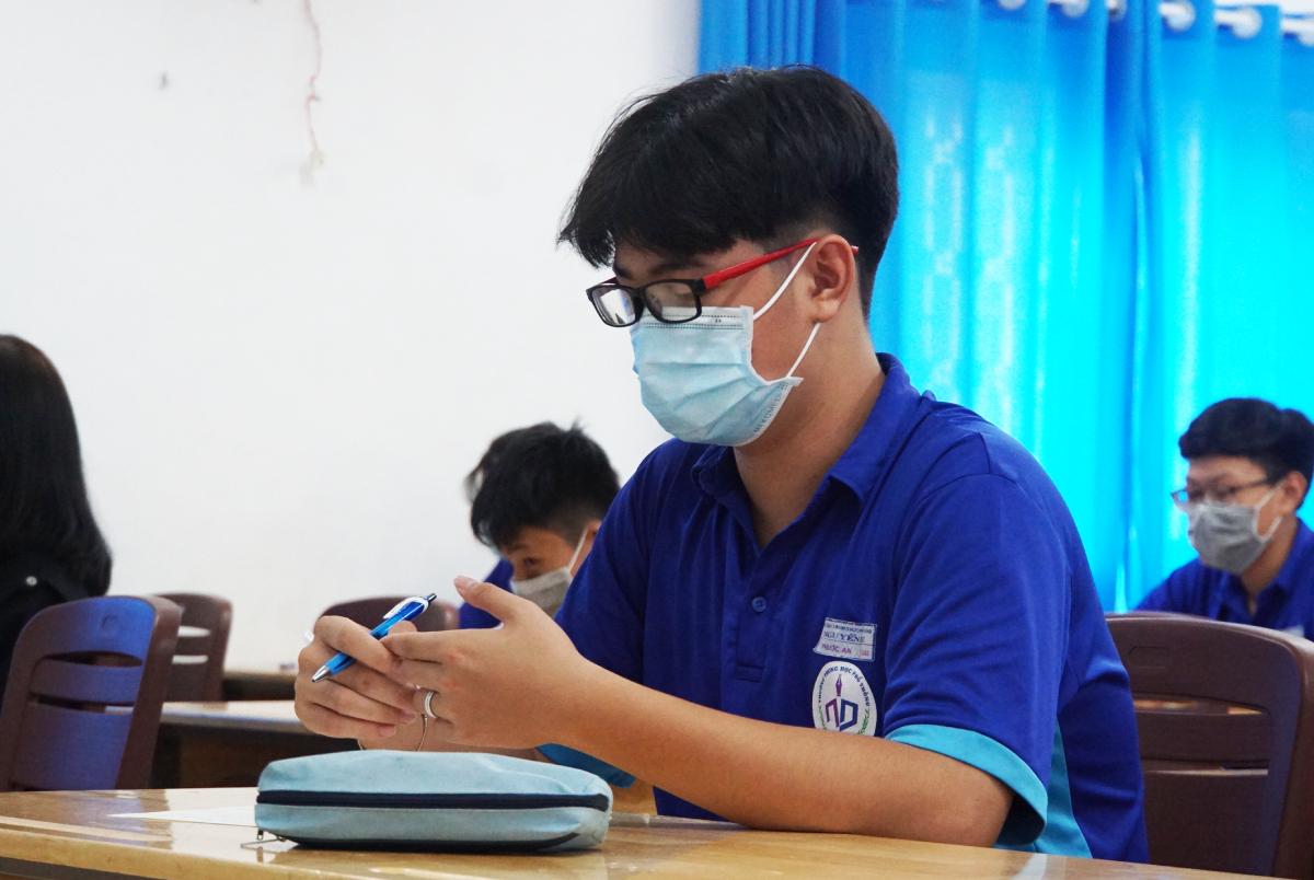 Học sinh khối THPT tại TP HCM trong giờ kiểm tra học kỳ II chiều 6/5 theo lịch mới phát sinh. Ảnh: Mạnh Tùng.