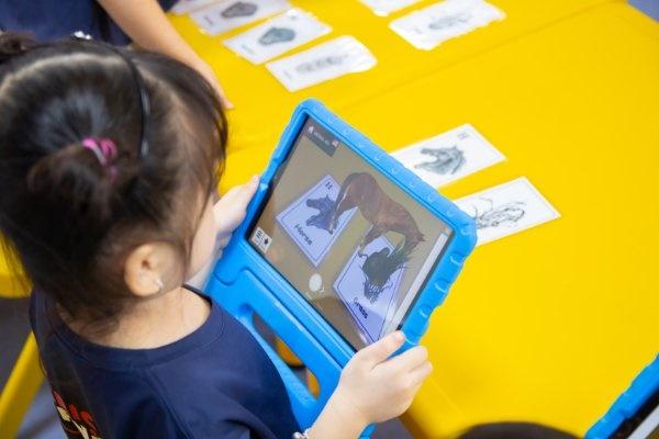 Công nghệ thực tế tăng cường (AR) sẽ mang tới những giờ học sống động cho bé.