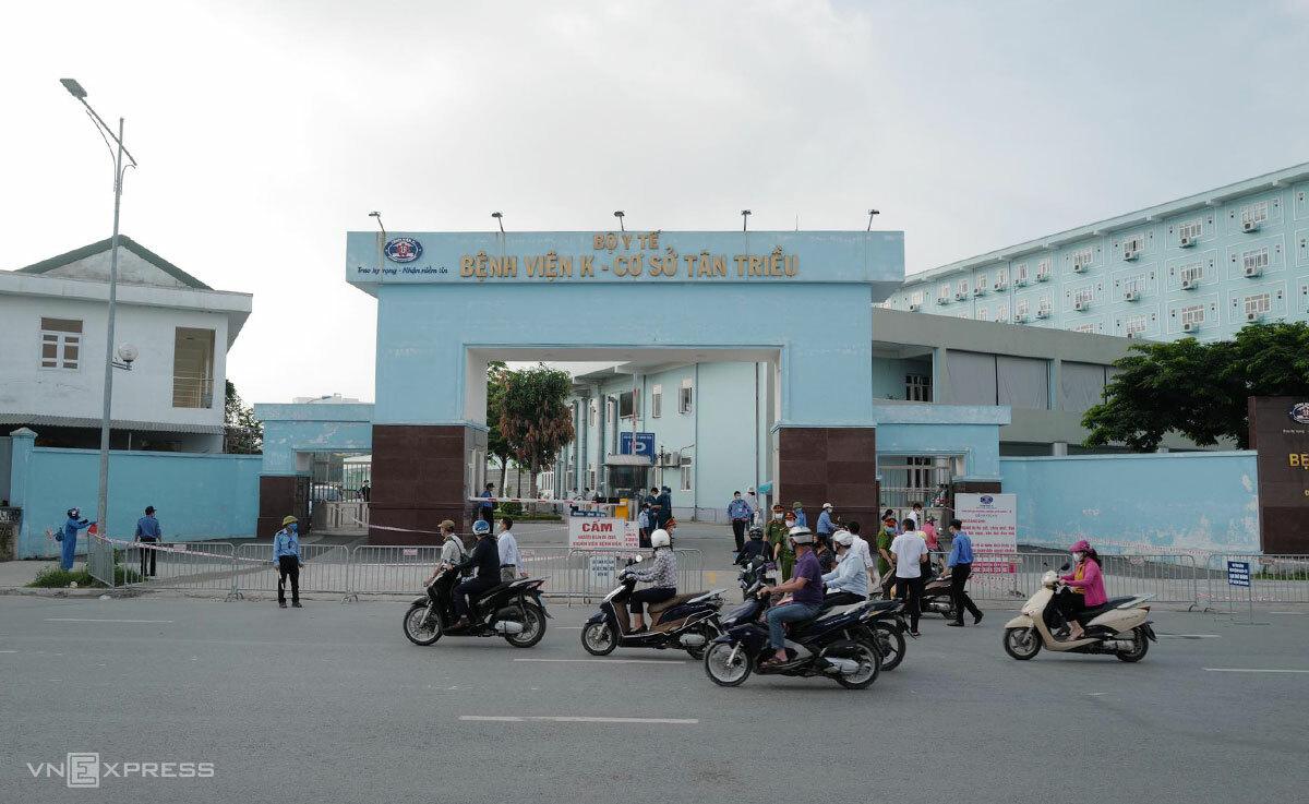 Barie đặt kín trước cổng viện K cơ sở Tân Triều sáng 7/5. Ảnh: Ngọc Thành