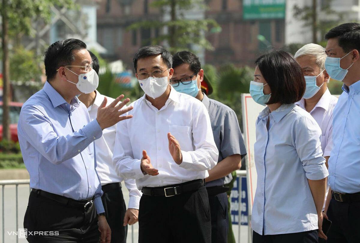 Chủ tịch TP Hà Nội Chu Ngọc Anh và Thứ trưởng Y tế Trần Văn Thuấn kiểm tra công tác phong tỏa. Ảnh: Ngọc Thành