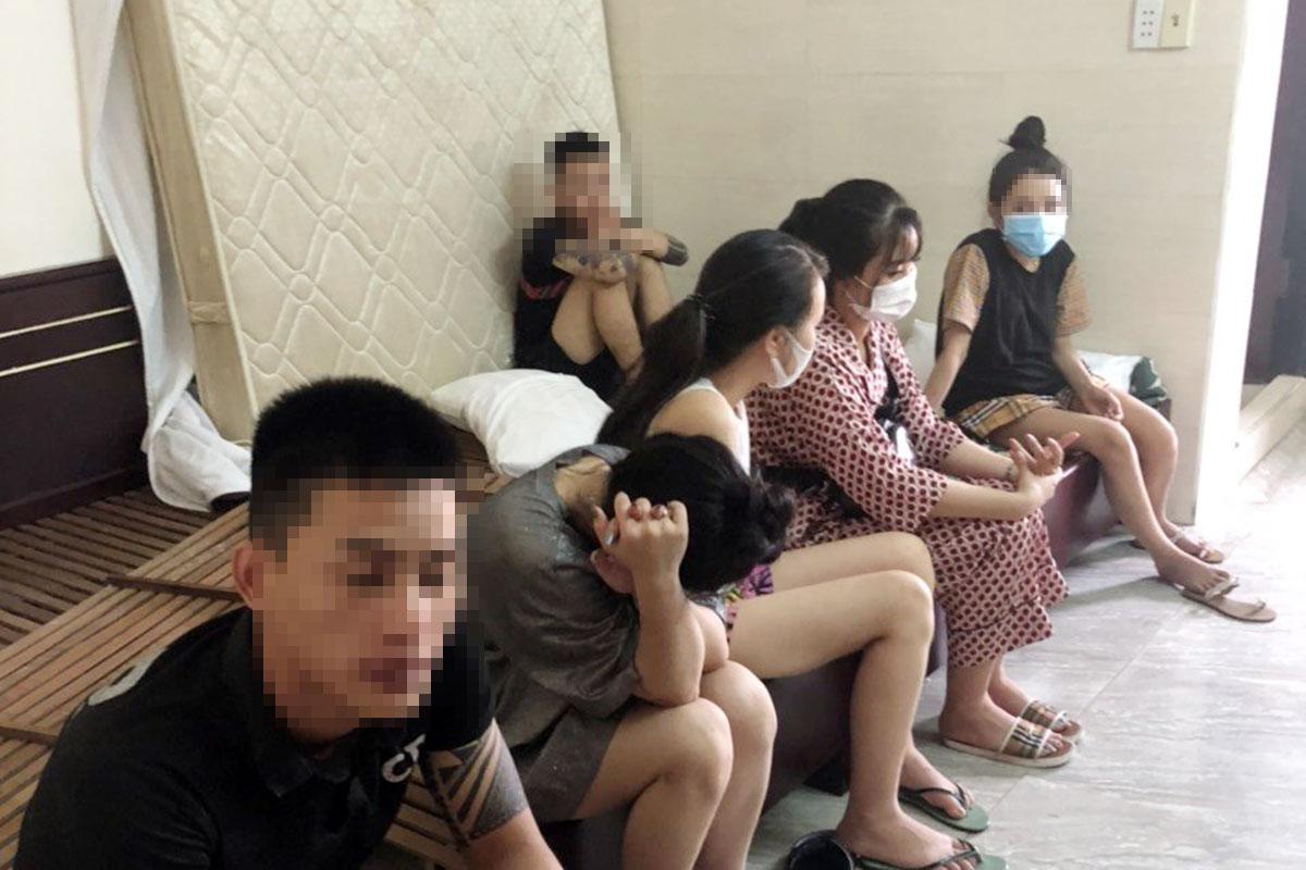 Nhóm thanh niên sử dụng ma tuý trong phòng khách sạn. Ảnh: Nam Giáp