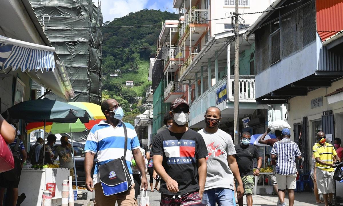 Khu phố mua sắm ở thủ đô Victoria của Seychelles đông đúc người qua lại hôm 2/4. Ảnh: AP.