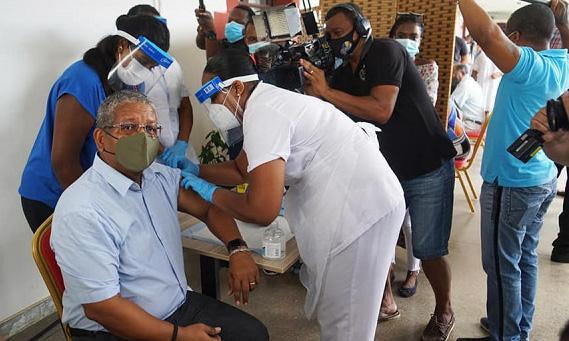 Tổng thống Wavel Ramkalawan tiêm vaccine Covid-19 hồi đầu tháng 1. Ảnh: Seychelles News Agency.