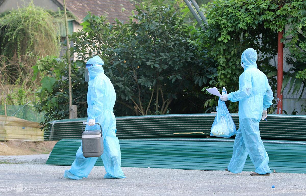 Ngành y tế đi lấy mẫu xét nghiệm F1, F2 của hai bệnh nhân nhiễm và tái dương tính nCoV ở huyện Thạch Hà, chiều 6/5. Ảnh: Đức Hùng