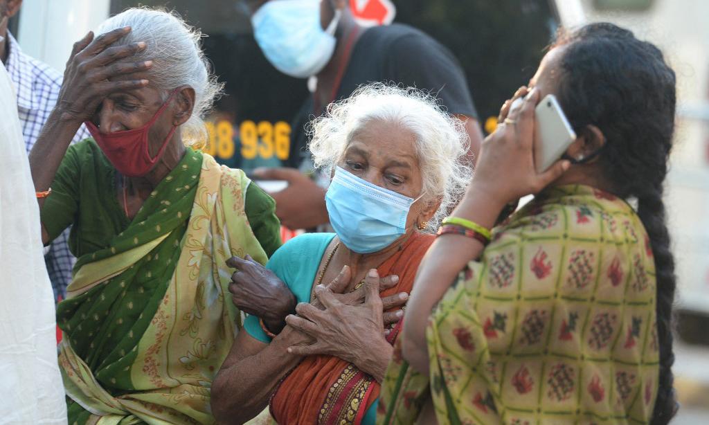 Gia đình một nạn nhân Covid-19 bên ngoài một nhà xác tại thành phố Chennai, Ấn Độ, hôm 5/5. Ảnh: AFP.