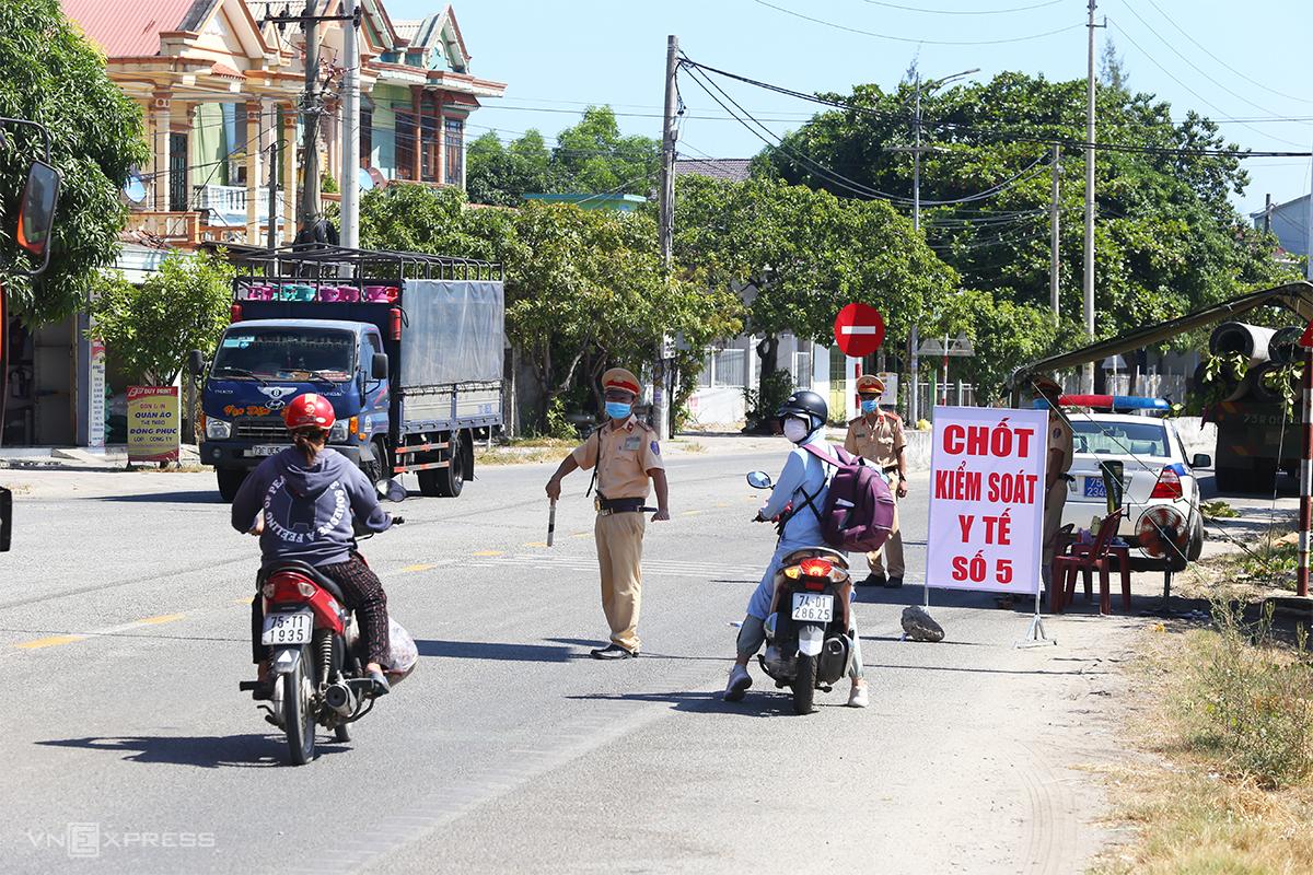 Trạm kiểm soát y tế ở thị trấn Lăng Cô, huyện Phú Lộc . Ảnh: Võ Thạnh
