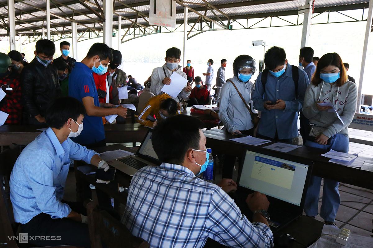 Người dân khai báo y tế tại trạm giám sát dịch tễ tại trạm trung chuyển hầm Hải Vân. Ảnh: Võ Thạnh