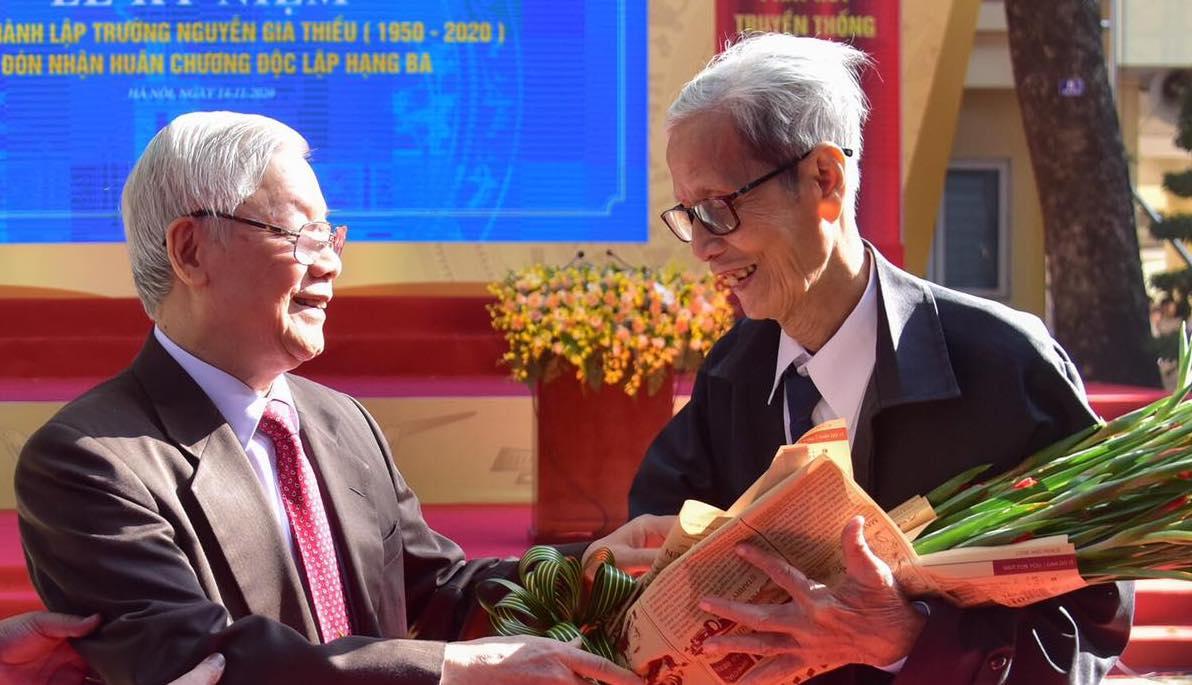 Tổng bí thư, Chủ tịch nước Nguyễn Phú Trọng tặng hoa chúc mừng nhà giáo Lê Đức Giảng khi về thăm lại trường xưa tháng 11/2020. Ảnh:Viết Thành