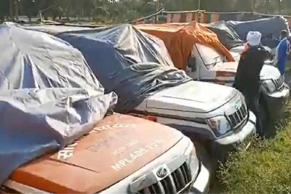 Số xe cứu thương phủ bạt trong mảnh đất của ông Rudy hôm 7/5. Ảnh: NDTV