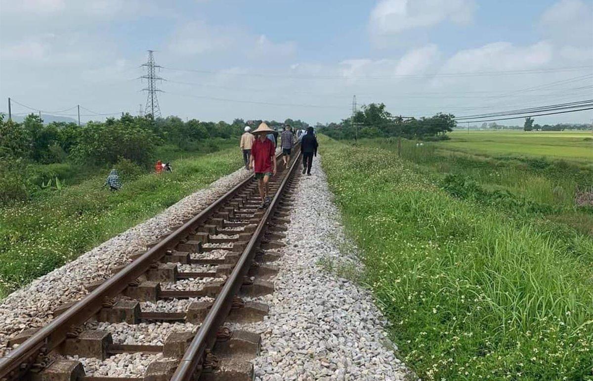Đoạn đường sắt nơi tàu dừng sáng nay. Ảnh: CTV