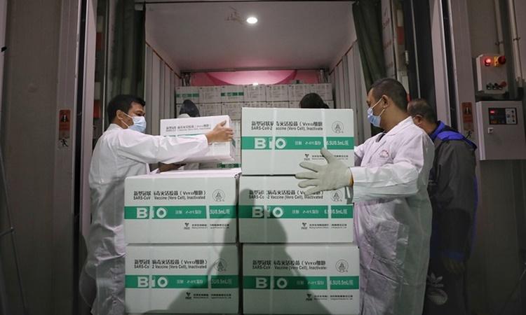 Nhân viên y tế vận chuyển các lô vaccine của Sinopharm ngày 8/4. Ảnh: Reuters.