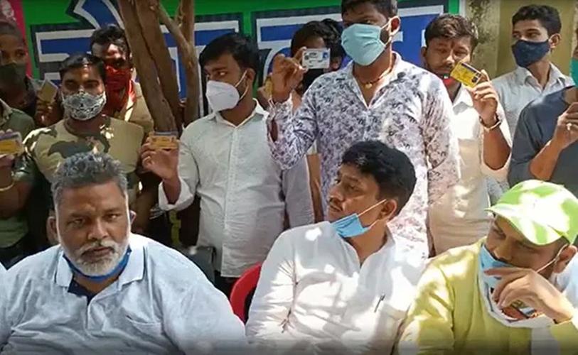 Yadav (hàng đầu, ngoài cùng bên trái), giữa những người cầm bằng lái xe hôm 8/5. Ảnh: NDTV