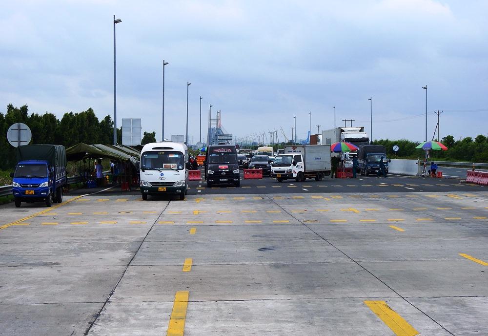 Dòng phương tiện ùn ứ kéo dài hàng trăm mét tại chốt kiểm soát cầu Bạch Đằng hướng vào Quảng Ninh. Ảnh: Minh Cương