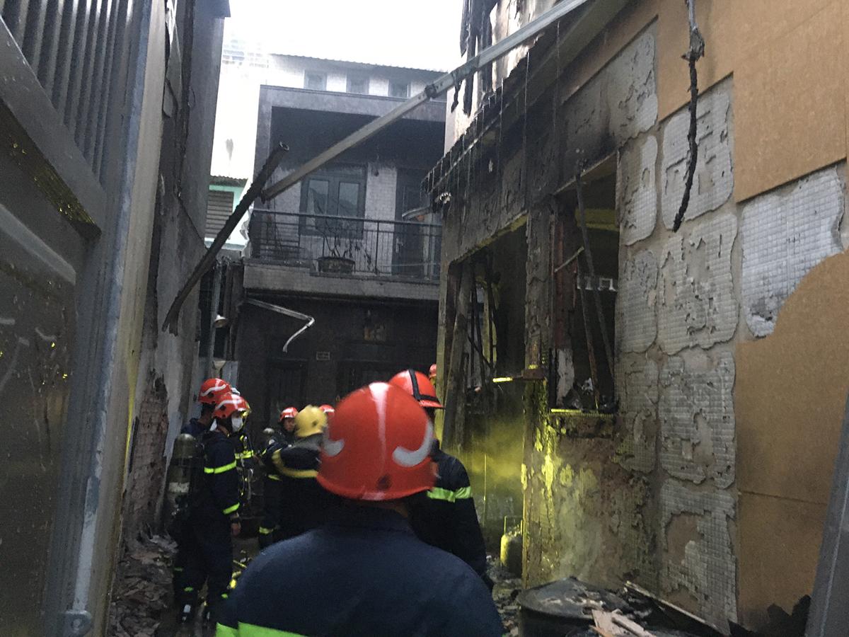 Căn nhà cháy nằm trong hẻm sâu, chỉ có một lối ra vào. Ảnh: Phòng cảnh sát PCCC TP HCM cung cấp.