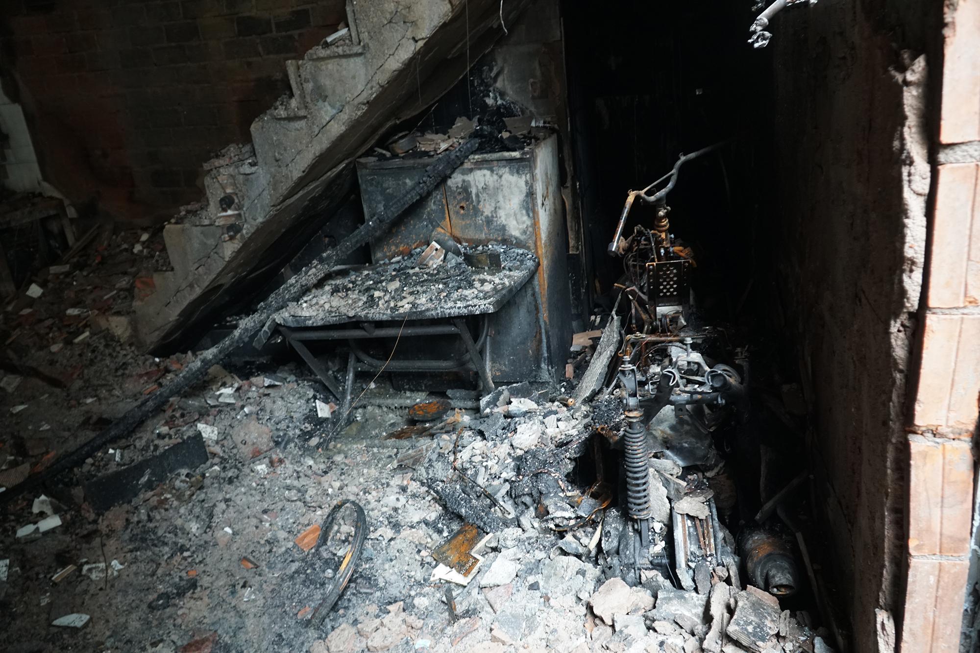 Nhà cháy 8 người chết do thùng xi đổ lan vào bếp nến