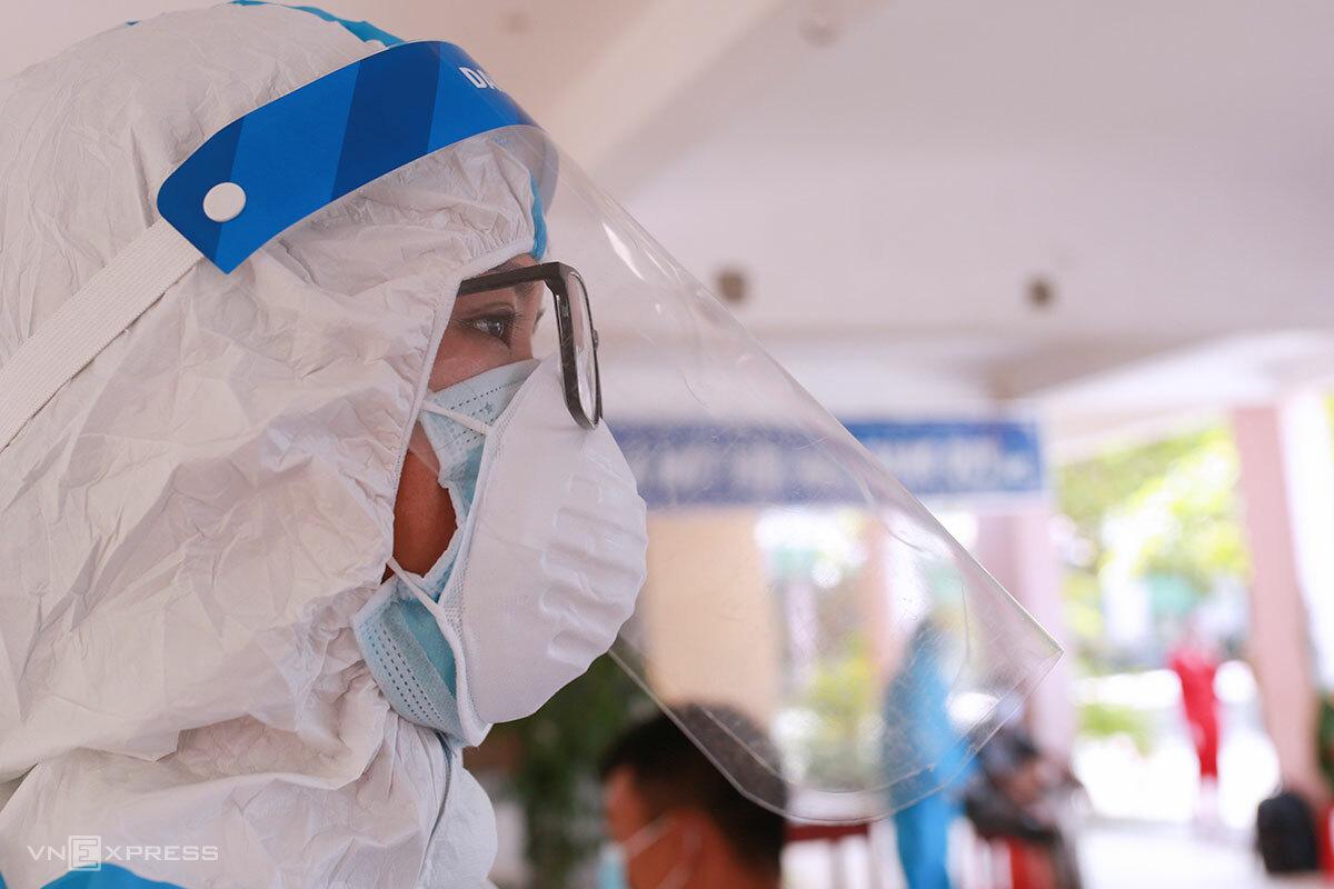 Nhân viên y tế mang hai lớp khẩu trang khi đi lấy mẫu xét nghiệm Covid-19, ngày 7/5. Ảnh: Nguyễn Đông.