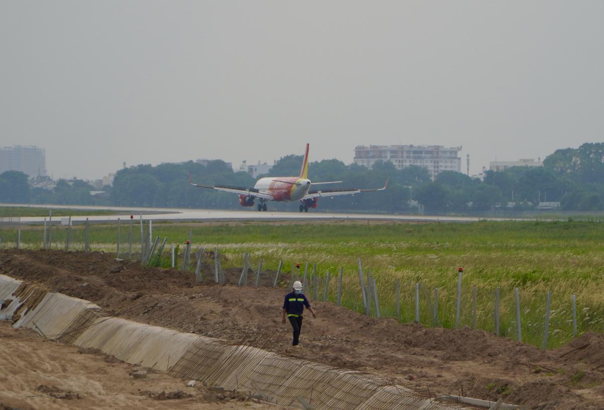 Máy bay hạ cánh xuống đường băng 25RR/07L mới hoàn thành, đưa vào khai thác hồi tháng 1/2021. Ảnh: Gia Minh