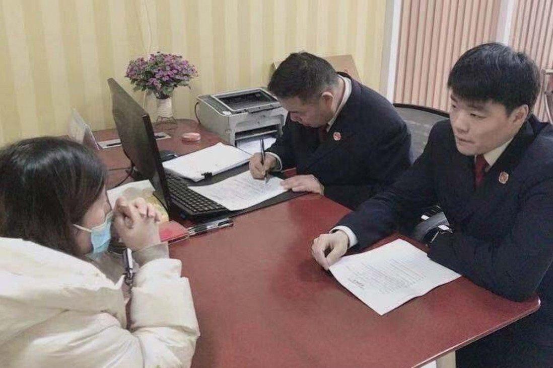 Người phụ nữ đối mặt với giới chức ở Giang Tô, Trung Quốc. Ảnh: SCMP.