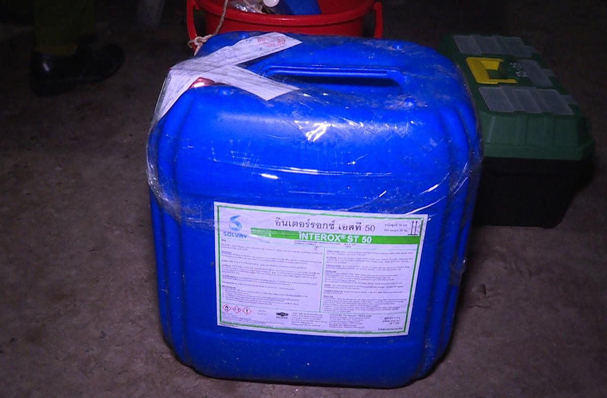 Một thùng hóa chất bị cảnh sát thu giữ. Ảnh: Quang Bình.