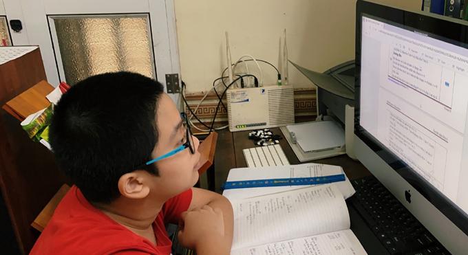 Nhiều học sinh có nguyện vọng thi trường chuyên và chất lượng cao hiện vừa phải học trực tuyến, chờ thi học kỳ II, vừa phải ôn luyện môn chuyên.