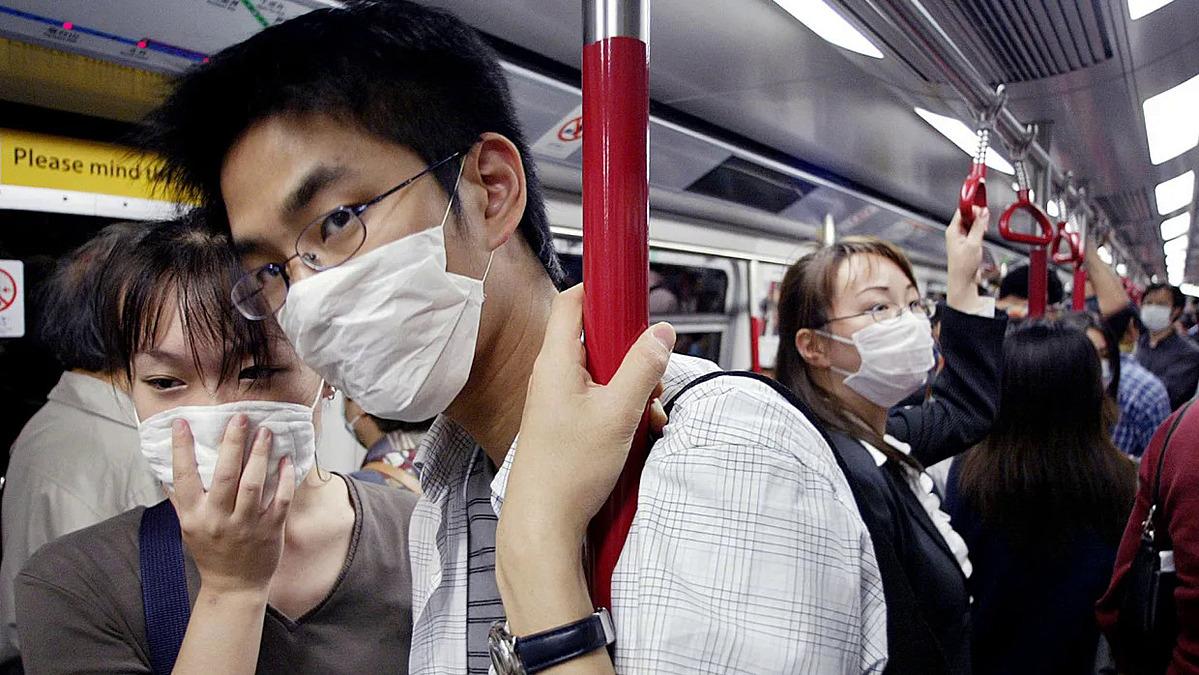 Người dân đeo khẩu trang trên tàu ở Hong Kong năm 2003, khi dịch SARS đang hoành hành. Ảnh: AFP.