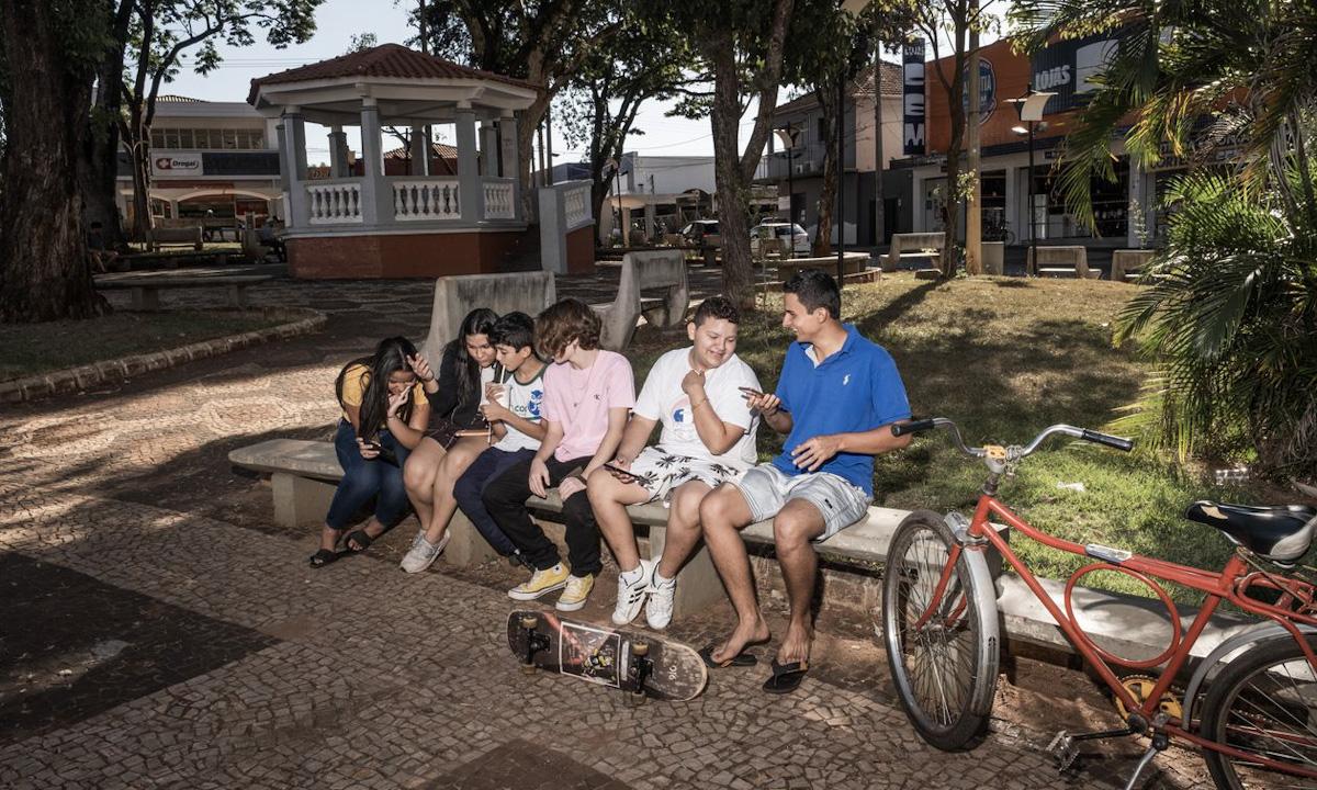Những thanh thiếu niên tụ tập nói chuyện với nhau tại khu vực trung tâm thị trấn Serrana, bang Sao Paulo tuần này. Ảnh: WSJ.