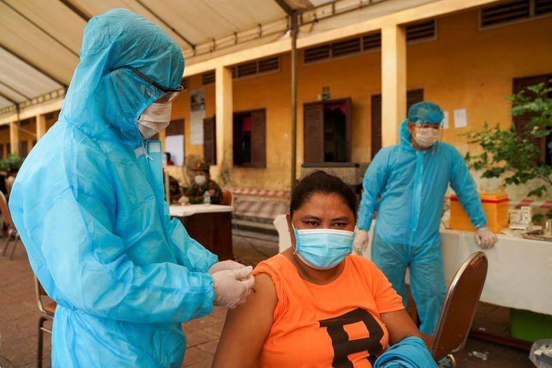 Binh sĩ tiêm vaccine cho một người dân ở Phnom Penh ngày 1/5. Ảnh: Reuters.