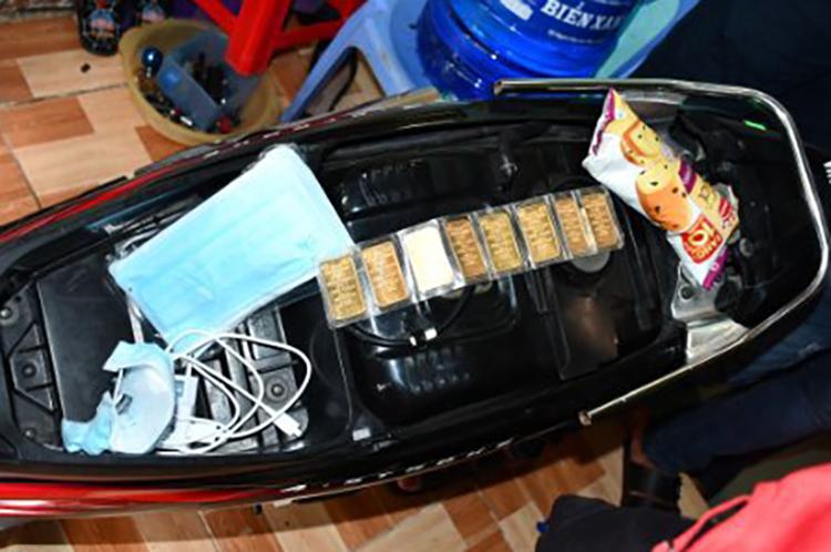 Cơ quan điều tra thu giữ một số vàng trong cốp xe của Tuấn khi bắt giữ. Ảnh: Công an cung cấp