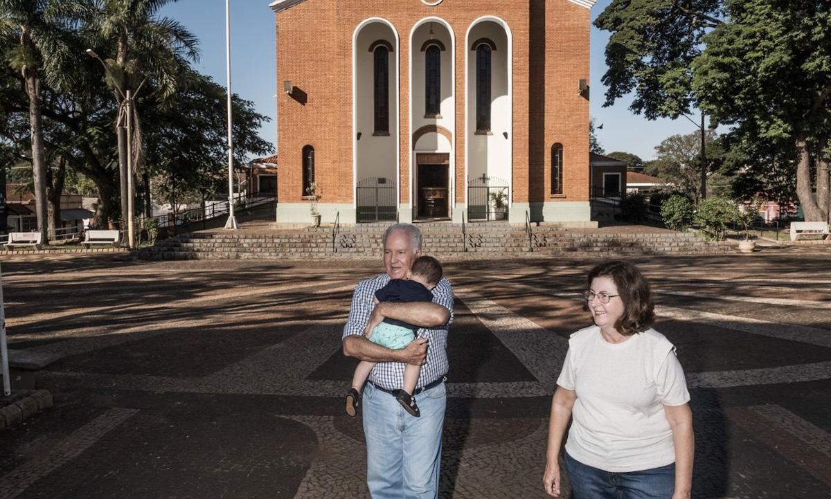 Vợ chồng ông Homero Cavalheri đi dạo cùng cháu trai một tuổi trên quảng trường chính ở thị trấn Serrana, bang Sao Paulo tuần này. Ảnh: WSJ.