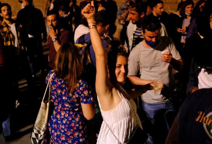 Người dân Barcelonia đổ ra đường ăn mừng chấm dứt tình trạng khẩn cấp vào rạng sáng 9/5. Ảnh: Reuters.