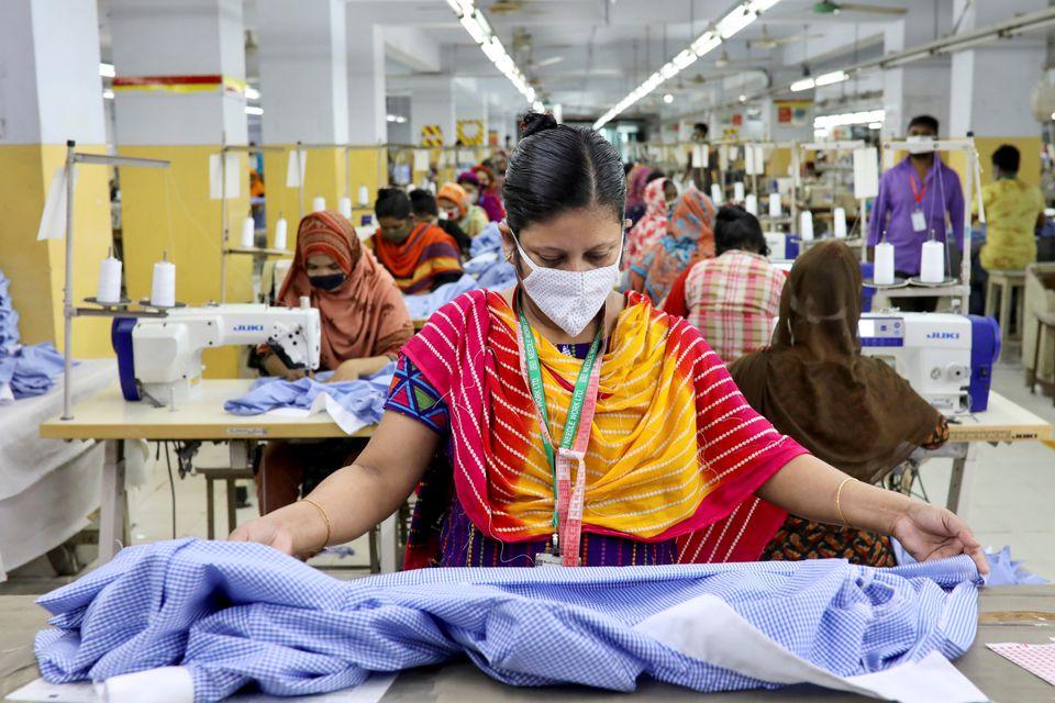 Công nhân nhà máy dệt may tại Dahka, Bangladesh, trở lại làm việc sau đợt phong tỏa đầu tiên vào tháng 5/2020. Ảnh: Reuters.
