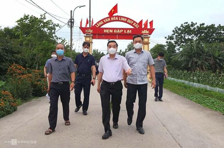 Chủ tịch Hà Nội Chu Ngọc Anh kiểm tra công tác phòng, chống dịch Covid 19 ở xã Kim Sơn, Gia Lâm, chiều 9/5. Ảnh: Võ Hải.