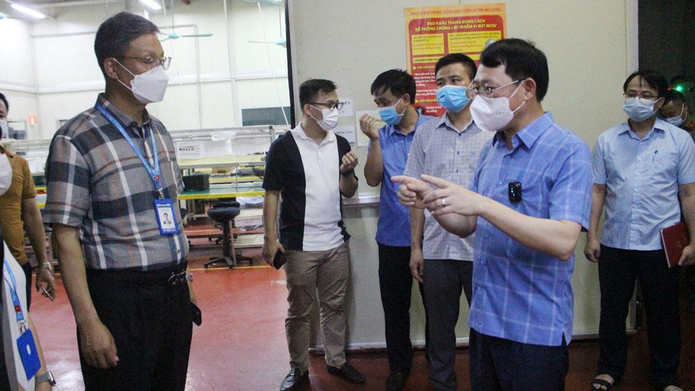 Ông Lê Ánh Dương kiểm tra tại Công ty Shin young Việt Nam, sáng 9/5. Ảnh: Báo Bắc Giang