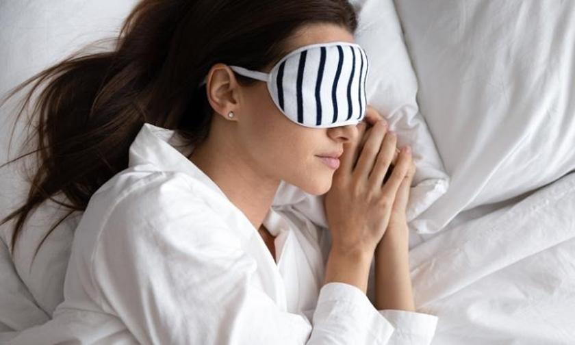Một phụ nữ đeo bịt mắt trong lúc ngủ. Ảnh: Shutter Stock.