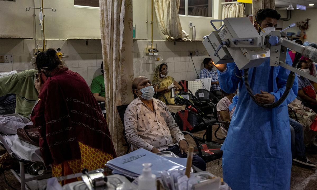Bệnh nhân Covid-19 trong một bệnh viện ở Ấn Độ ngày 2/5. Ảnh: Reuters.