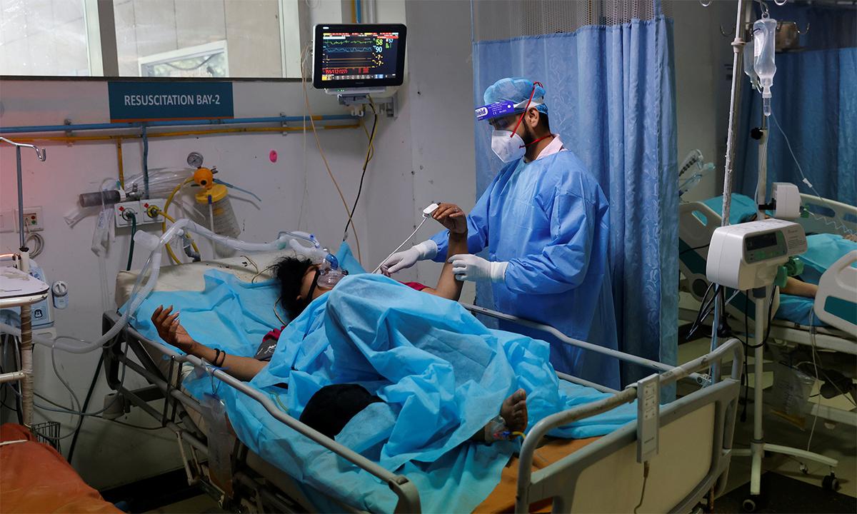 Nhân viên ty tế Ấn Độ thăm khám bệnh nhân Covid-19 tại một bệnh viện ở thủ đô New Delhi ngày 7/5. Ảnh: Reuters.