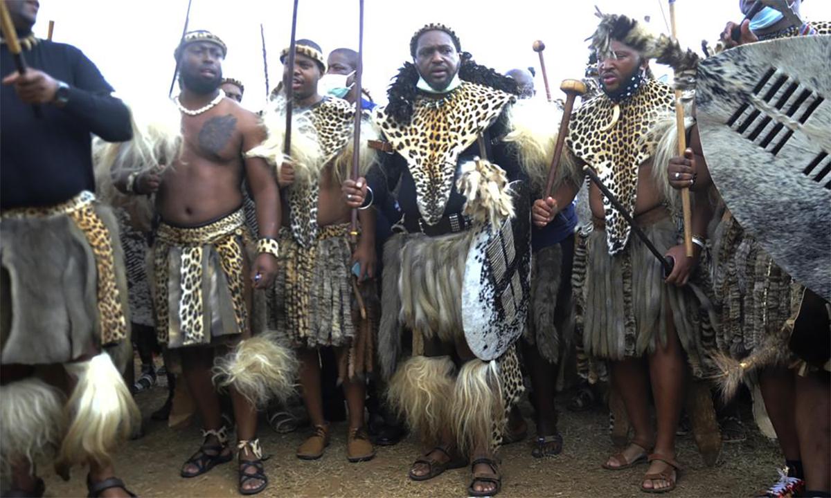 Misuzulu (thứ ba từ phải sang) cùng các chiến binh Zulu mặc trang phục truyền thống trong buổi lễ ở Cung điện Hoàng gia KwaKhangelamankengane, Nam Phi, ngày 7/5. Ảnh: AP.