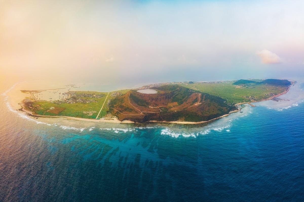 Đảo Lý Sơn cách đất liền 15 hải lý, hiện chỉ có thể đến bằng đường biển. Ảnh: Duy Sinh.