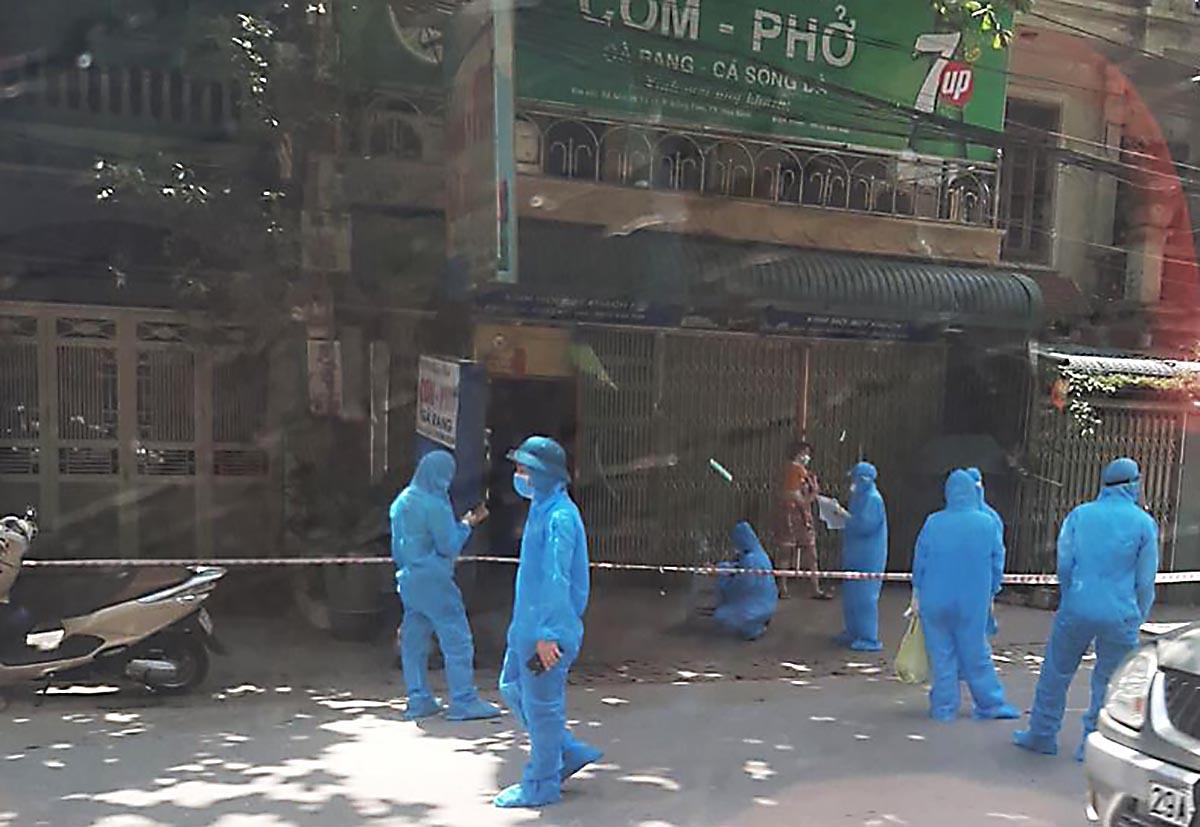 Lực lượng chức năng phong tỏa quán cơm, nơi có hai ca nghi mắc ở phường Đồng Tiến, TP Hòa Bình trưa 9/5. Ảnh: Minh Chuyên.