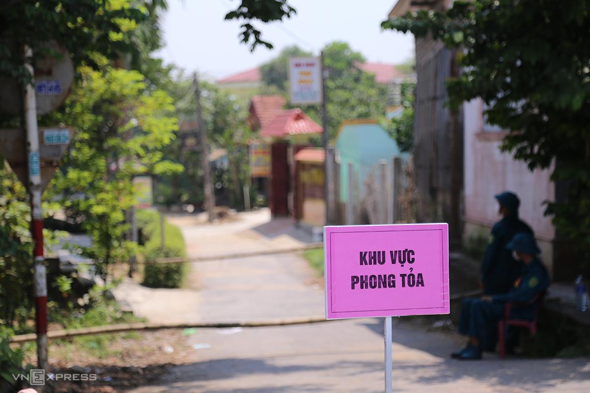 Một thôn ở Quảng Trị bị phong toả tạm thời do có ca bệnh Covid-19. Ảnh: Hoàng Táo