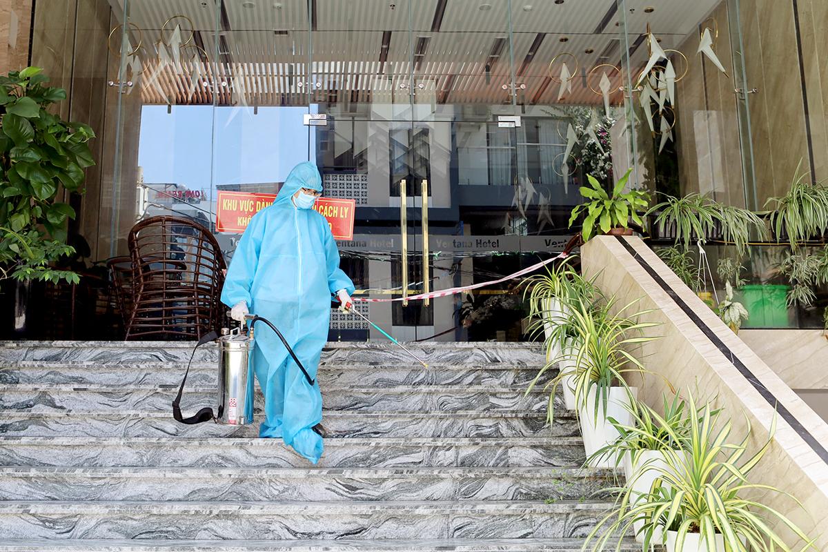 Nhân viên y tế phun khử khuẩn nơi cách ly phòng chống Covid-19. Ảnh: Xuân Ngọc.