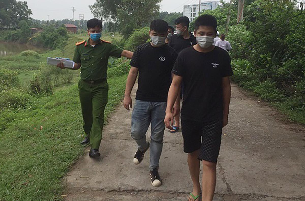 Nhóm người Trung Quốc nhập cảnh trái phép lúc bị phát hiện. Ảnh: Công an Vĩnh Phúc.