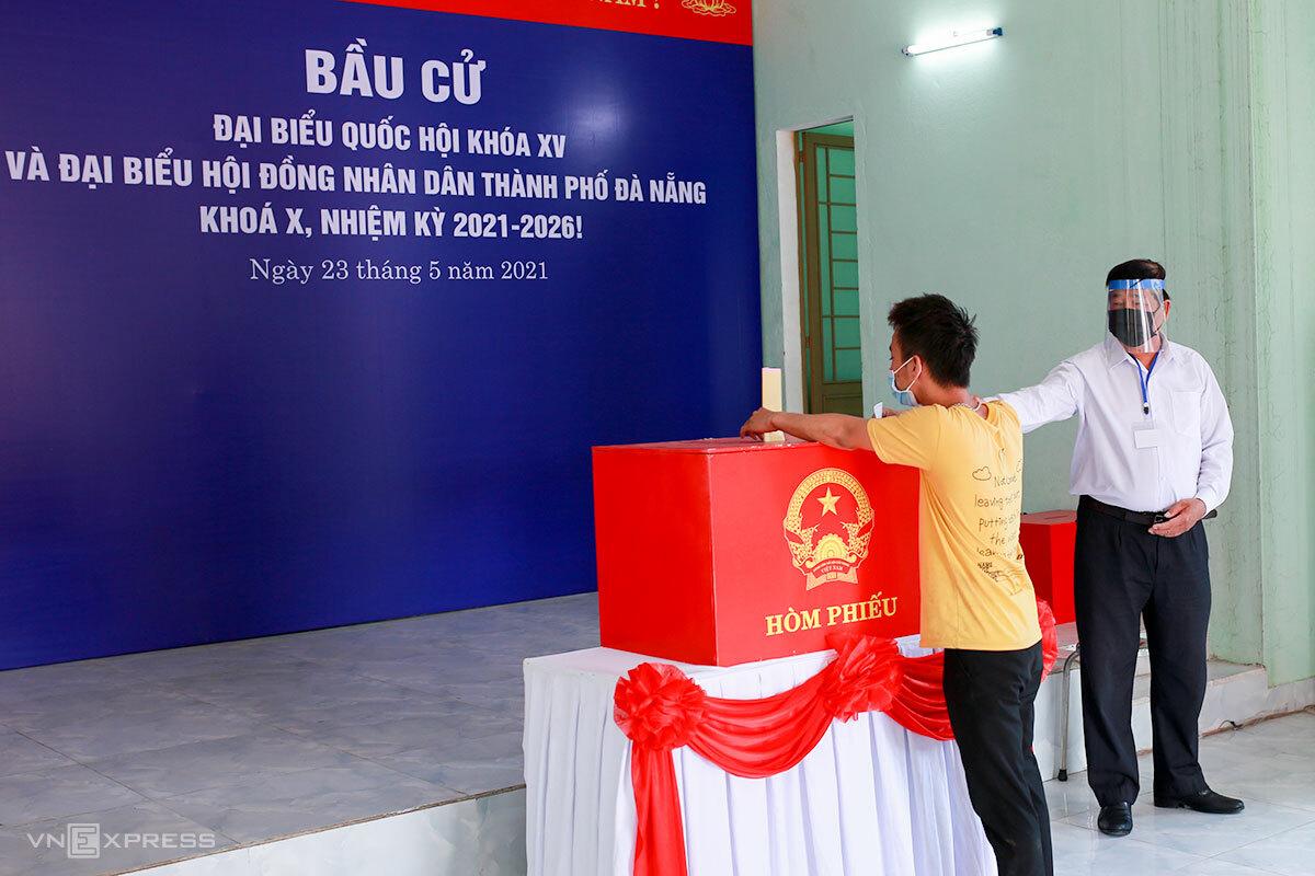 Người dân diễn tập bầu cử trong dịch Covid-19. Ảnh: Nguyễn Đông.