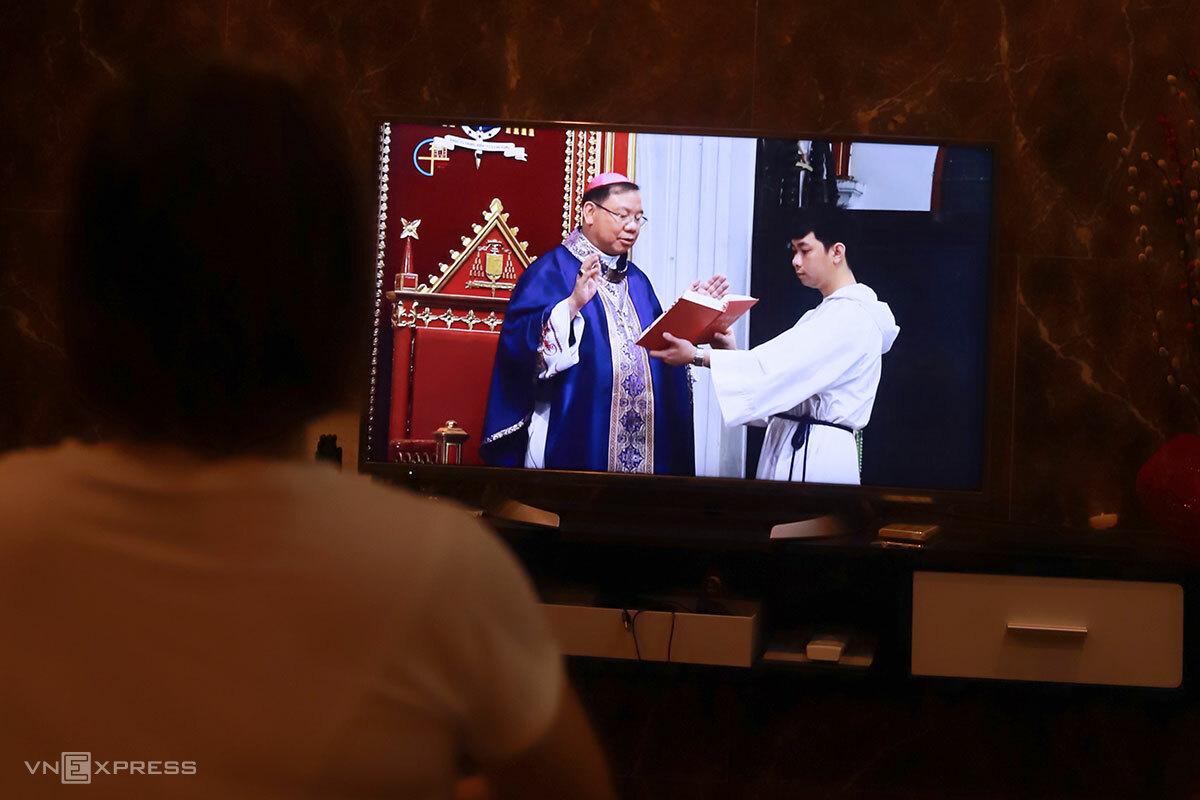 Giáo dân tham dự thánh lễ trực tuyến trong đợt dịch Covid-19 thứ nhất, tháng 3/2020. Ảnh: Nguyễn Đông.