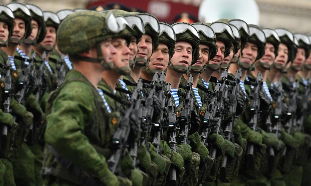 Lính đổ bộ đường không Nga diễu qua lễ đài trên Quảng trường Đỏ. Ảnh: AFP.