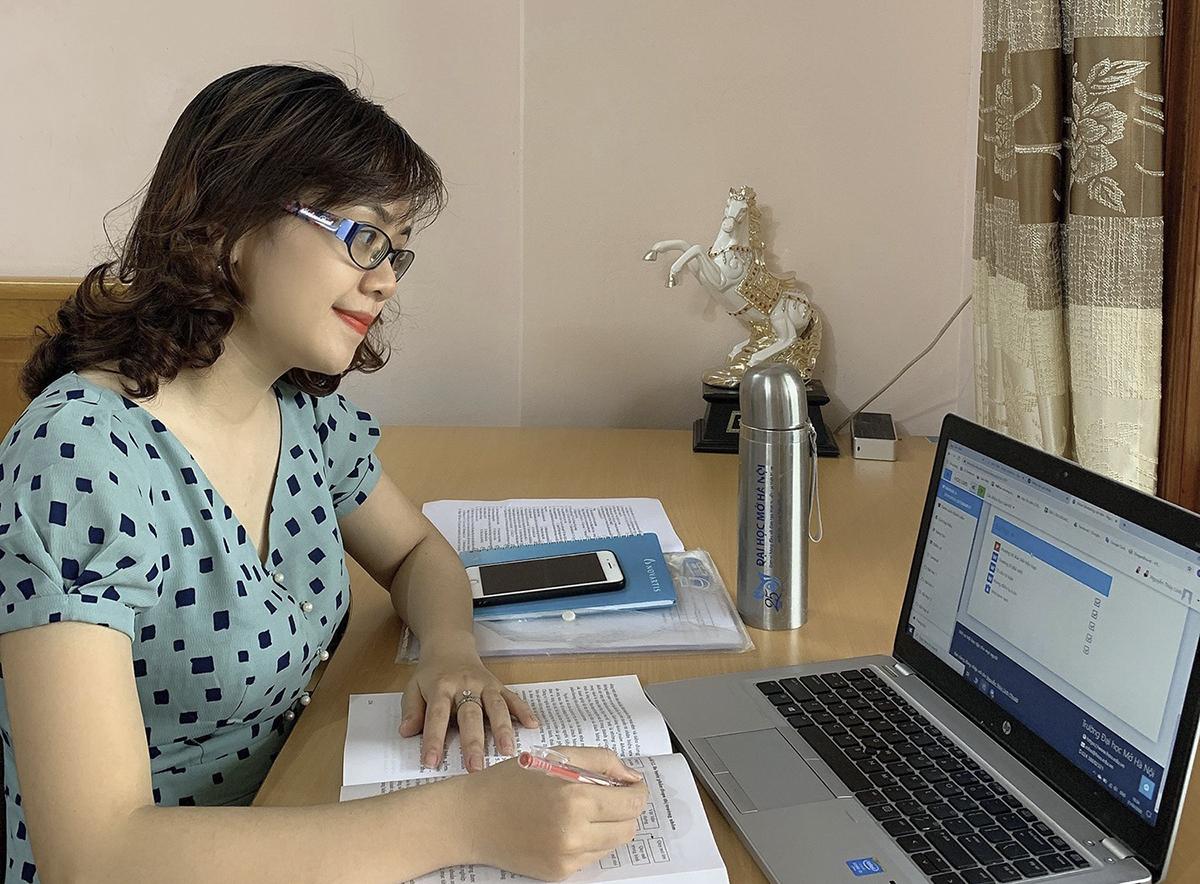 Giảng viên Đại học Mở Hà Nội dạy trực tuyến tại nhà trong đợt dịch hồi tháng 3 năm ngoái. Ảnh: Nhân vật cung cấp.