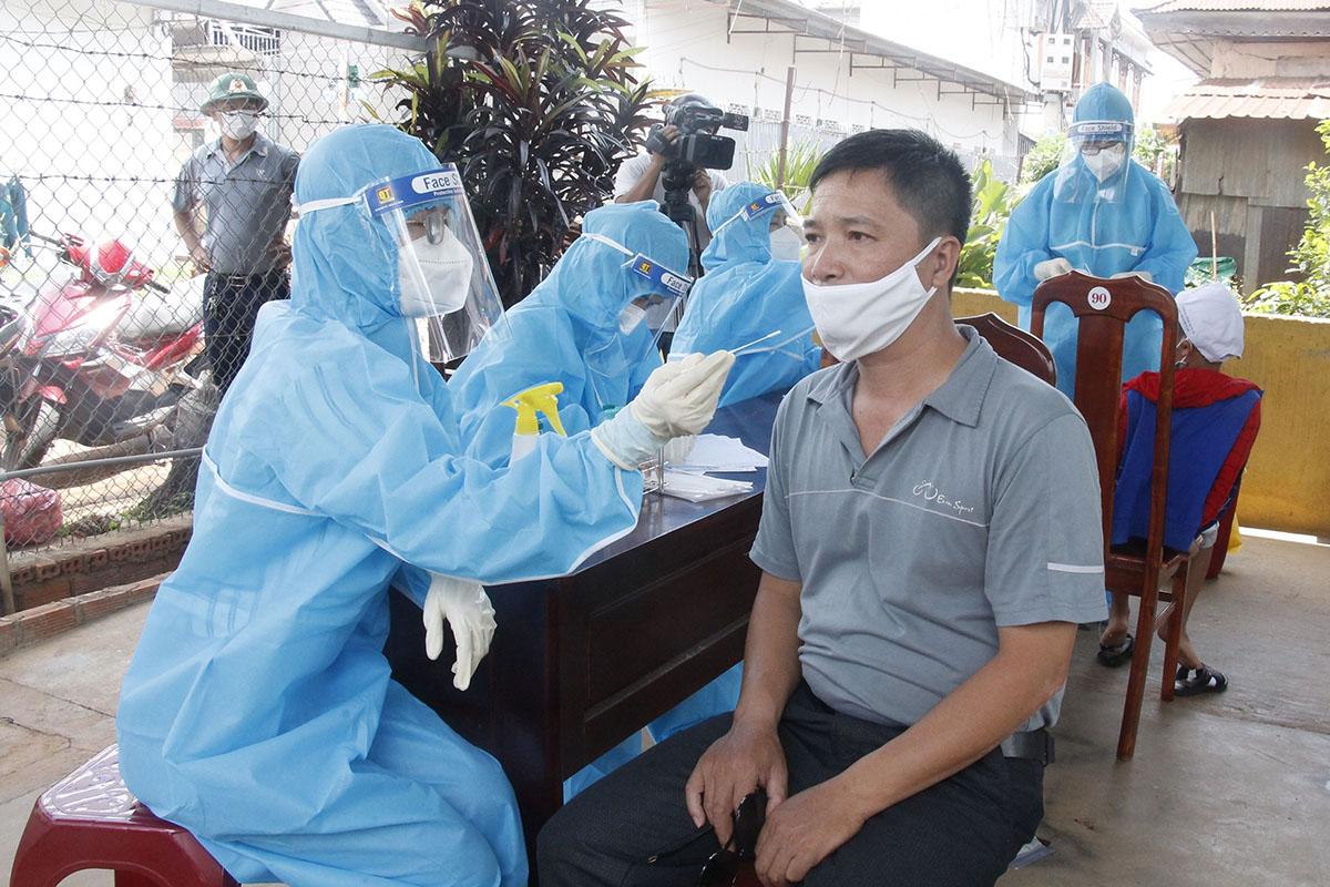 Nhân viên y tế lẫu mẫu xét nghiệm những người liên quan đến bệnh nhân 3237, ngày 9/5. Ảnh: Ngọc Oanh.