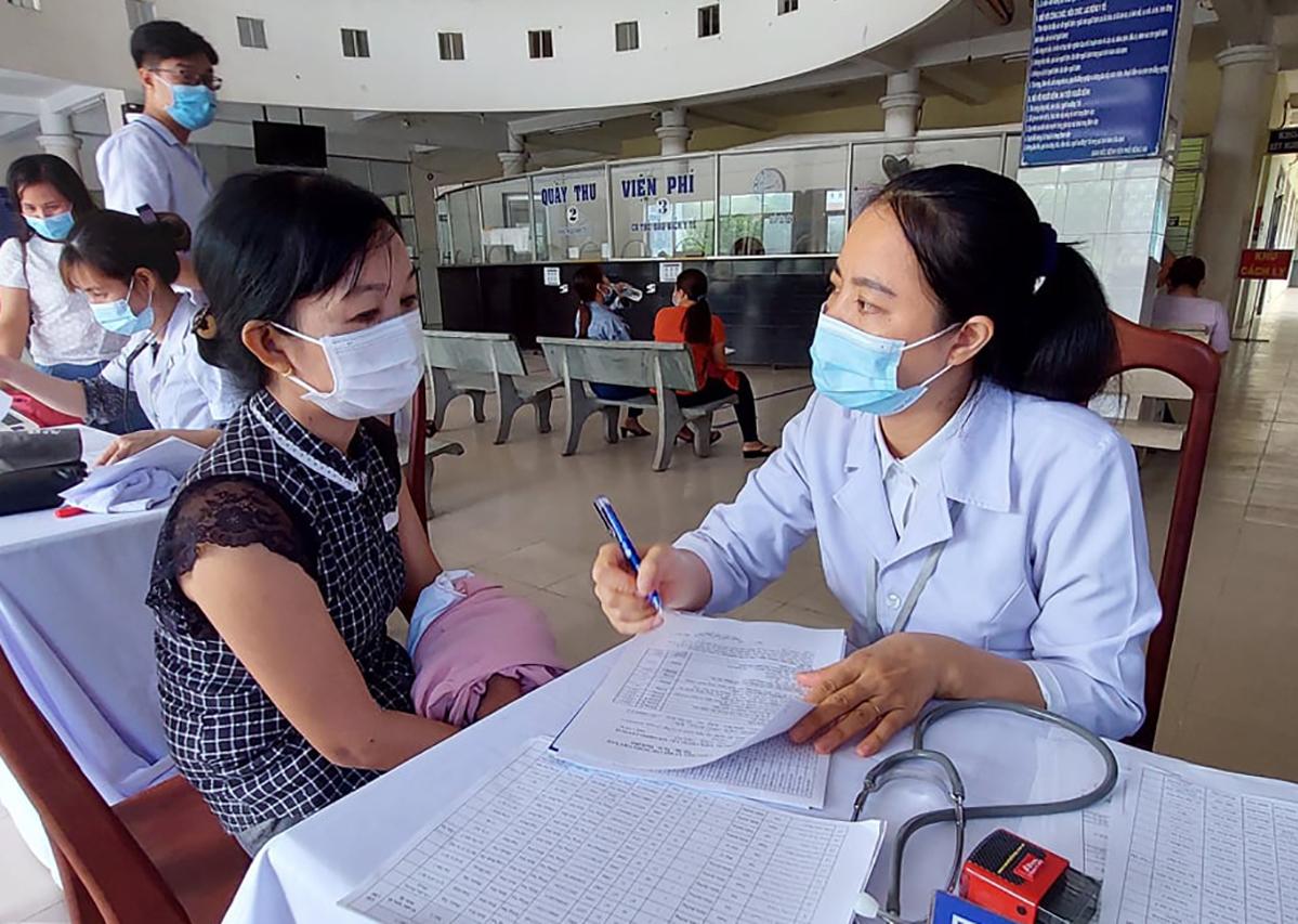 Những người được tiêm được nhân viên y tế Đồng Nai tư vấn. Ảnh: Thái Hà